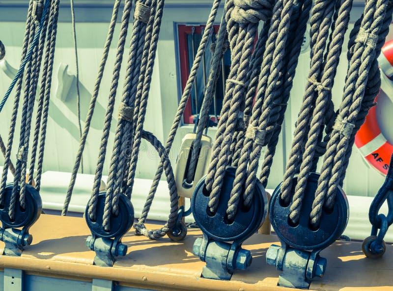 Blocs et attirail d'un navire de navigation photographie stock libre de droits