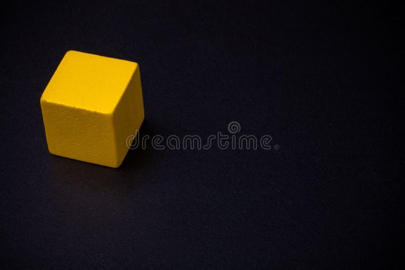 Blocs géométriques de volume sur le tableau noir photo stock