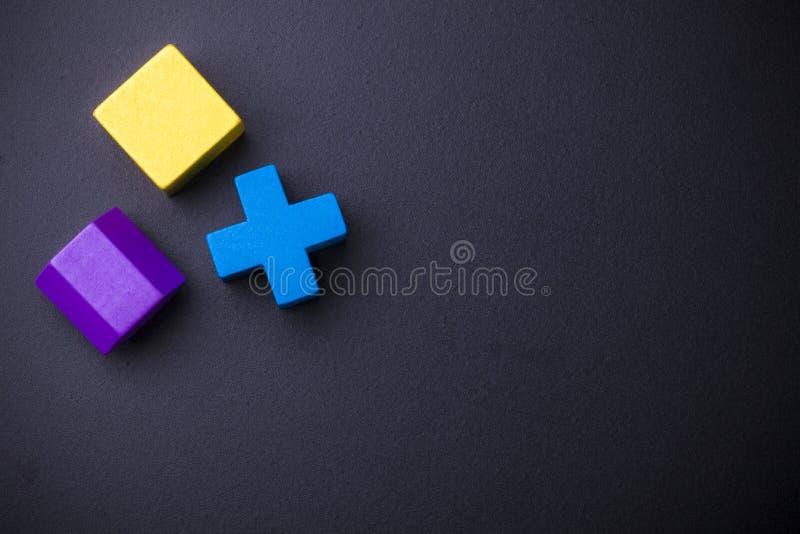Blocs géométriques de volume sur le tableau noir photos libres de droits