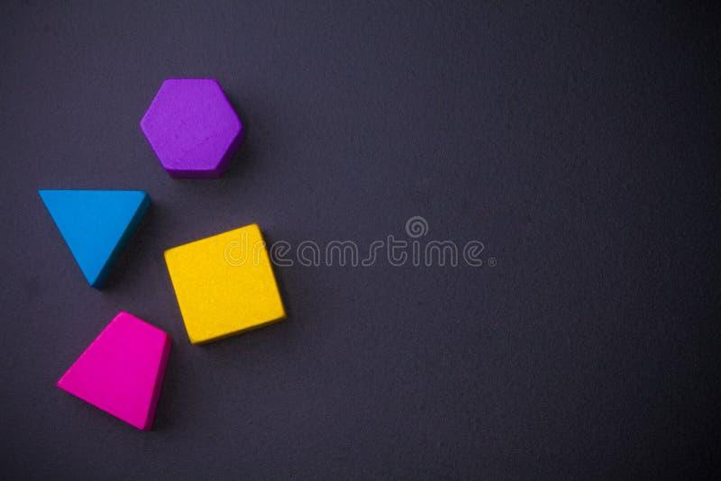 Blocs géométriques de volume sur le tableau noir image stock