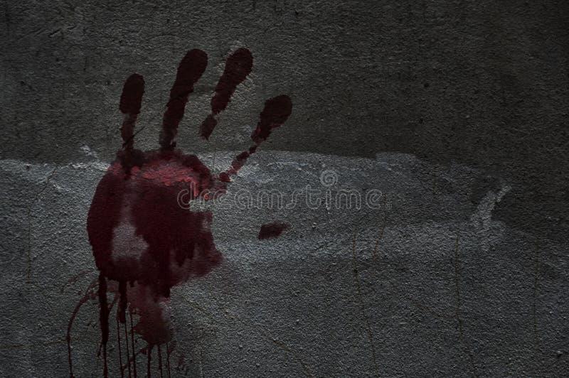 Blod av handen på en vägg i övergiven inhyser dem Berättelseaboen royaltyfria bilder