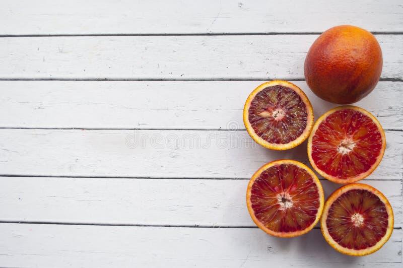 Blodapelsin på den vita tabellen arkivfoto