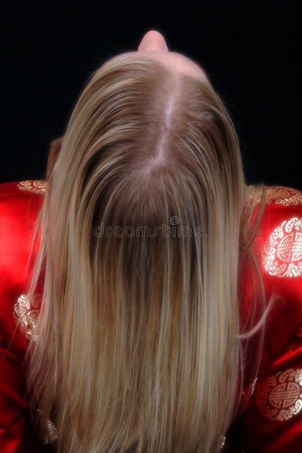 Blode Frau, die sich zurück lehnt stockbild