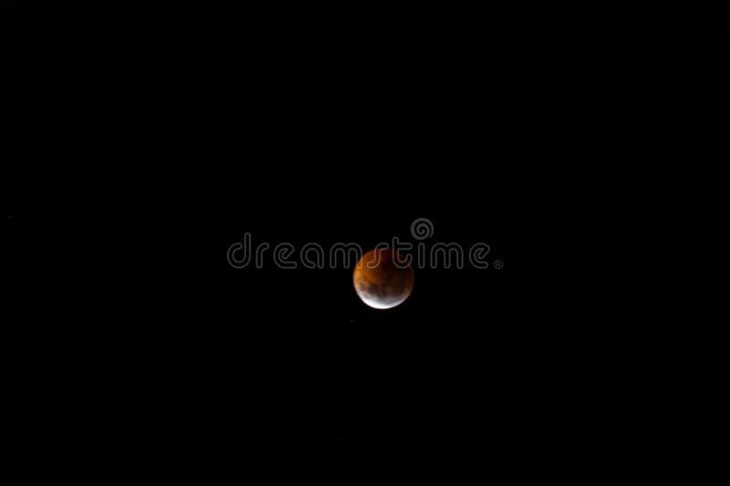Blodig måne: Den sammanlagda månförmörkelsen av 2019 arkivbilder