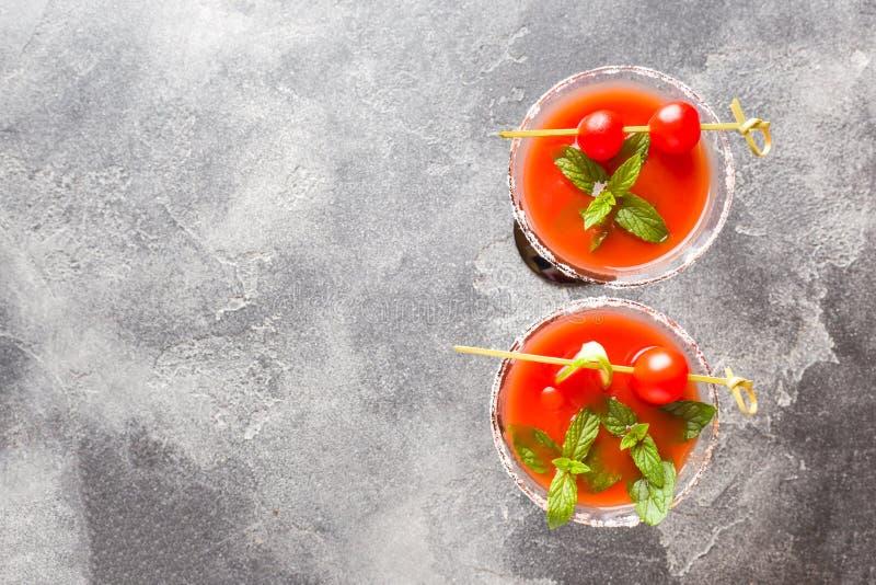 Blodig Mary Alcoholic coctail med mogna tomater och mintkaramellen Selektivt fokusera kopiera avstånd royaltyfria foton