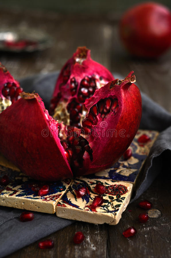 Blodig röd mogen granatäpple över traditionell modellturk til royaltyfri fotografi