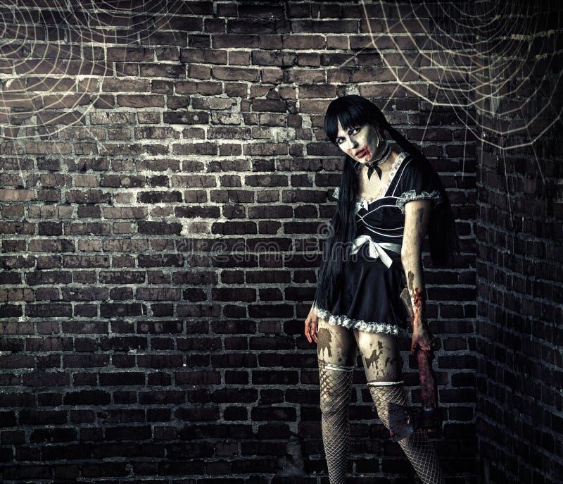 Blodig yxa för smutsigt kvinnalevande dödinnehav arkivfoto