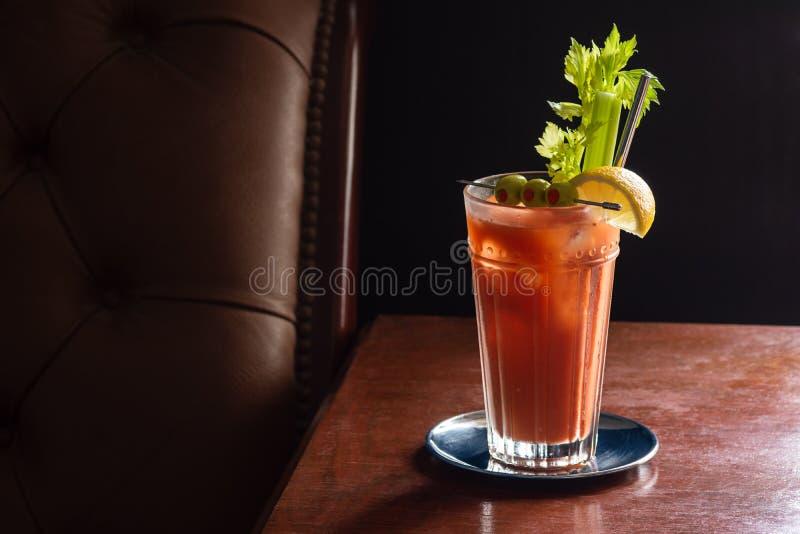 Blodiga Mary Cocktail Drink i mörk lyxig stång royaltyfri fotografi