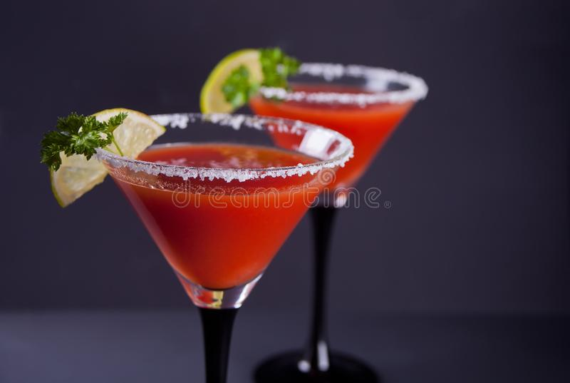 Blodiga Mary Cocktail i exponeringsglas Kryddig drink f?r tomatBloody Mary p? svart bakgrund royaltyfri foto
