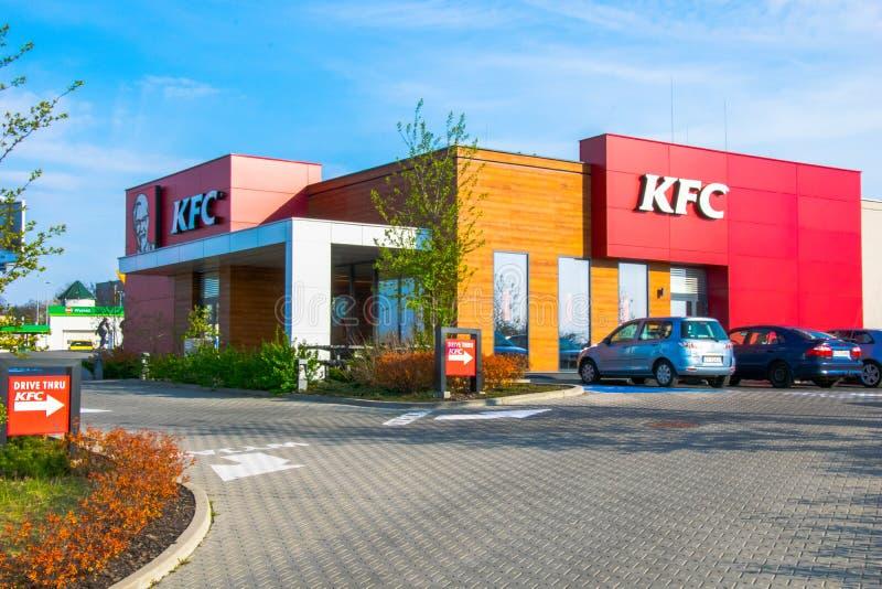 Blodiga Tarnowskie, Polen - 14/04/2019 - restaurang Kfc arkivbild