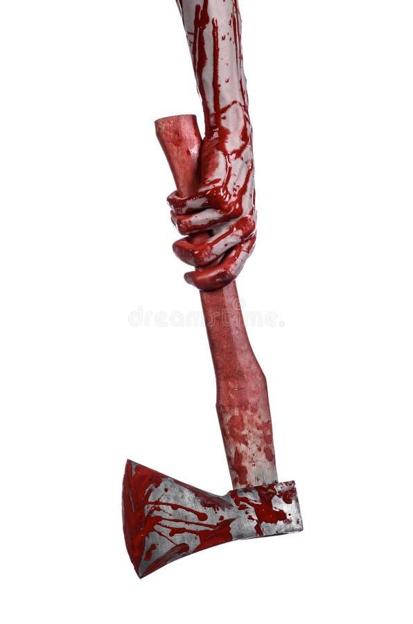 Blodigt allhelgonaaftontema: bloda ner handen som rymmer blodiga en slaktares yxa isolerad på vit bakgrund i studio royaltyfri foto