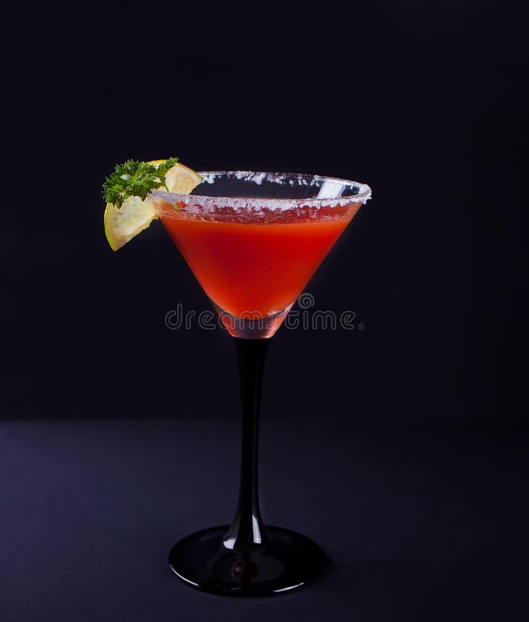 blodigt coctailexponeringsglas mary Kryddig drink f?r tomatBloody Mary p? den svarta bakgrunden royaltyfri foto