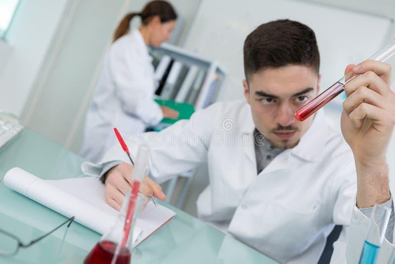 Bloed het testen in laboratorium stock foto's