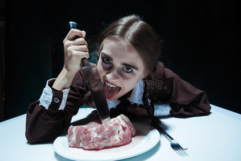 Bloedig Halloween-thema: gek meisje met een mes en een vlees royalty-vrije stock afbeeldingen