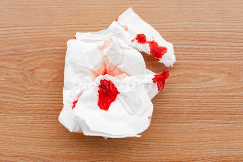 Bloedig weefsel op vloer stock foto