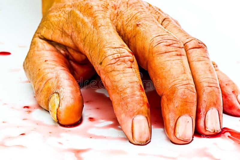 Bloedige hand op de lijst een geweld of vreesverschrikkingsconcept stock foto's