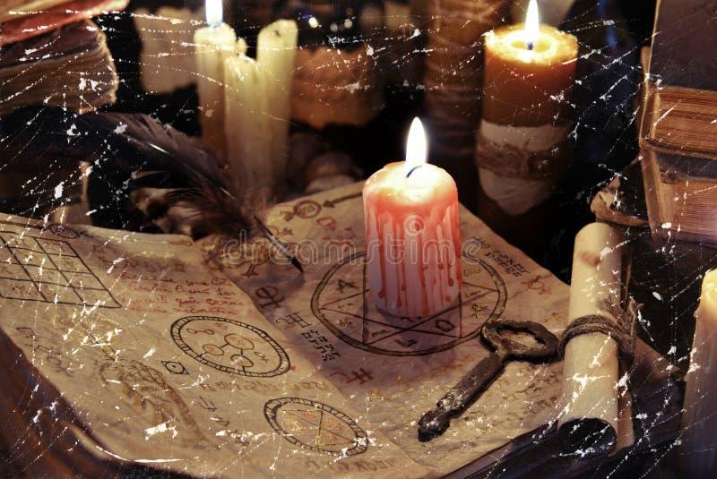 Bloedige kaars op heksenboek royalty-vrije stock foto's