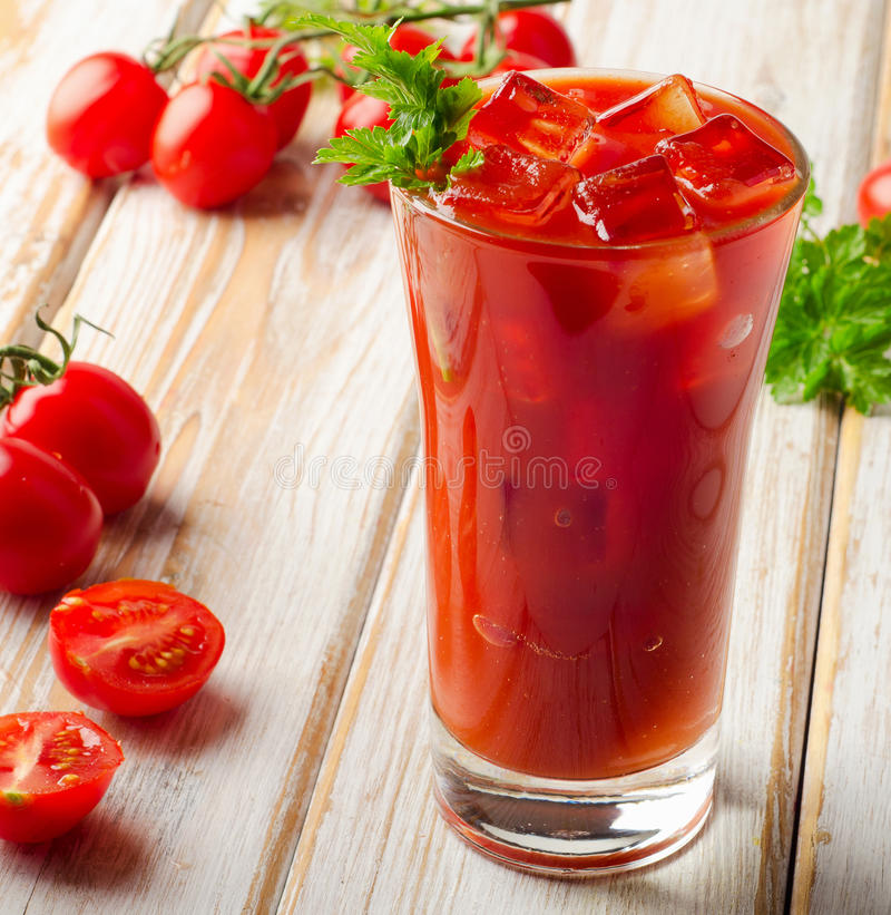 Bloedige Mary Alcoholic-cocktail met verse tomaten royalty-vrije stock foto