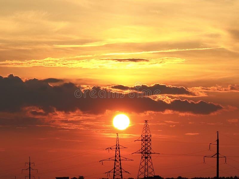 Bloedige zonsondergang op de achtergrond van macht stock afbeeldingen