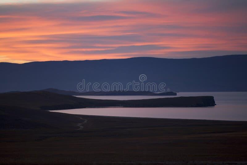Bloedige zonsondergang op Meer Baikal in de herfst stock afbeelding