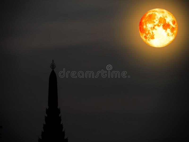 bloedmaan in nachthemel en silhouetbovenkant van oude pagode royalty-vrije stock foto