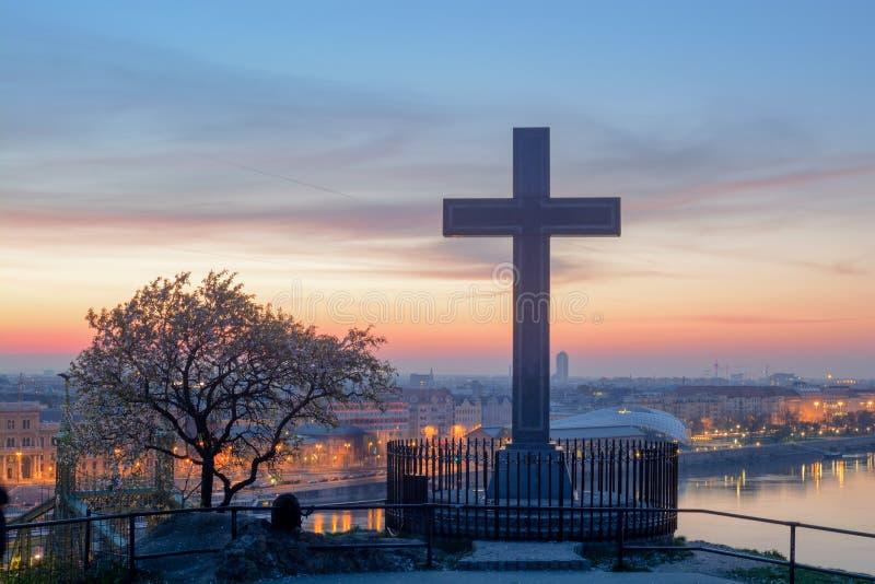 Bloeiend boom en Kruis tegen de mening van Boedapest stock foto