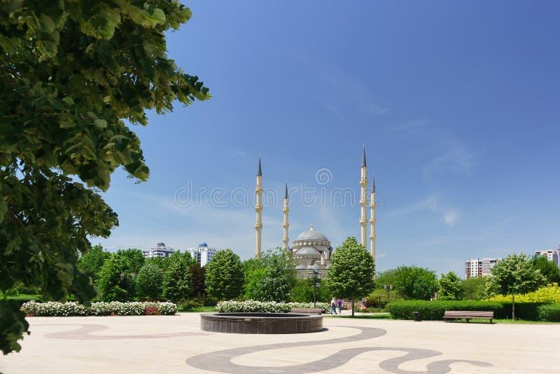 Bloeiend stadspark dichtbij het moskeehart van Tchetchenië in het centrum van de hoofdstad van de Republiek stock foto's