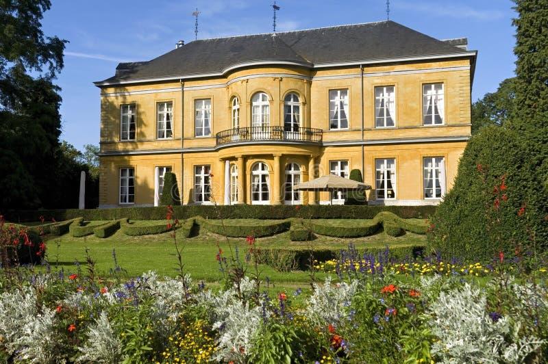 Bloeiende bloemen in tuin, het kasteeloosten, Valkenburg royalty-vrije stock afbeelding