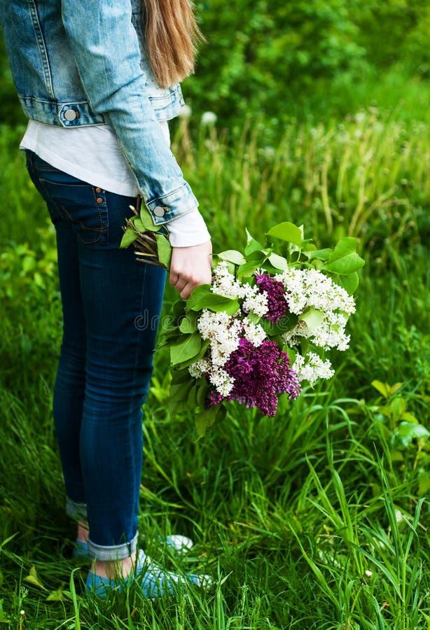 Bloeiende lilac in hand bloemen stock afbeelding