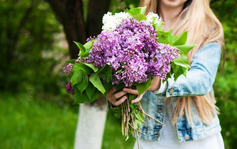 Bloeiende lilac in hand bloemen royalty-vrije stock foto's
