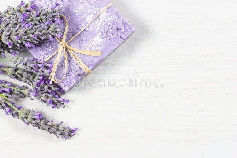 Bloeit de lavendel natuurlijke zeep met verse lavendel op witte rustieke lijst, het aromatherapy concept van de kuuroordmassage royalty-vrije stock foto's