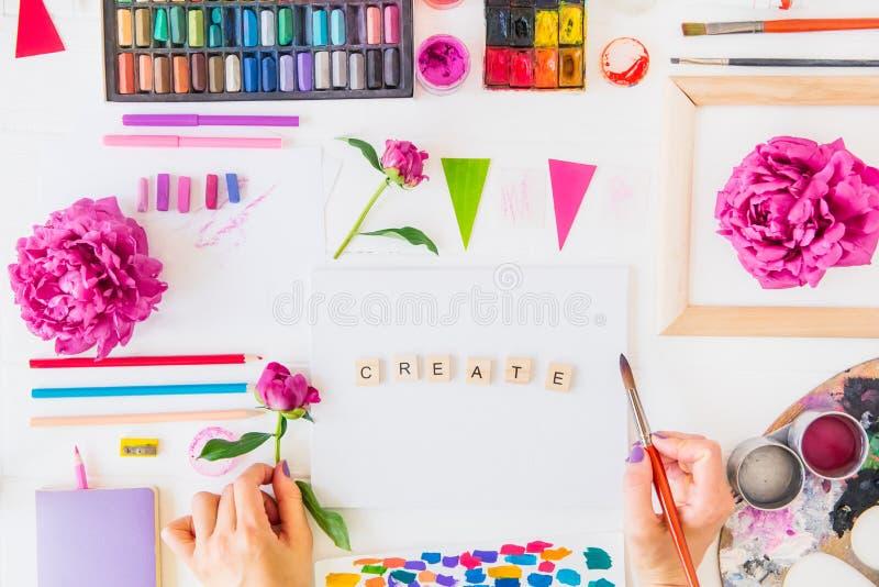 Bloeit de Topview Vrouwelijke Handen die borstel over Create schoonheid het van letters voorzien op canvas met het schilderen van royalty-vrije stock afbeelding