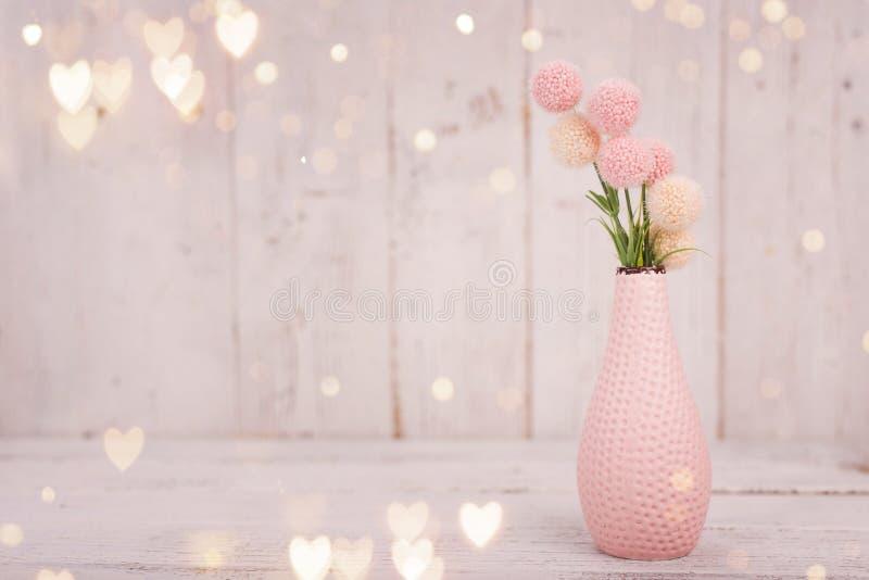 Bloeit samenstelling voor Valentine ` s, Moeder ` s of Vrouwen` s Dag Roze bloemen op oude witte houten achtergrond royalty-vrije stock afbeelding
