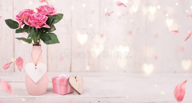 Bloeit samenstelling voor Valentine ` s, Moeder ` s of Vrouwen` s Dag Roze bloemen op oude witte houten achtergrond royalty-vrije stock fotografie