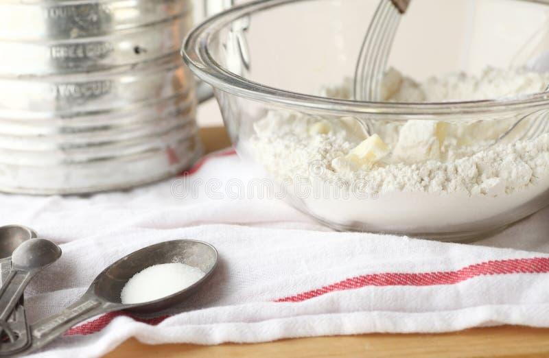 Bloem, boter, suiker met uitstekend bakselmateriaal stock afbeeldingen