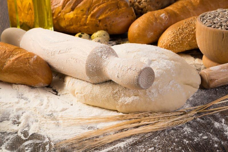 Bloem, eieren, wit brood, tarweoren royalty-vrije stock afbeeldingen
