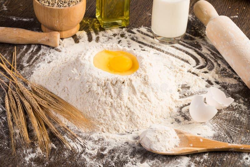 Bloem, eieren, wit brood, tarweoren royalty-vrije stock foto's