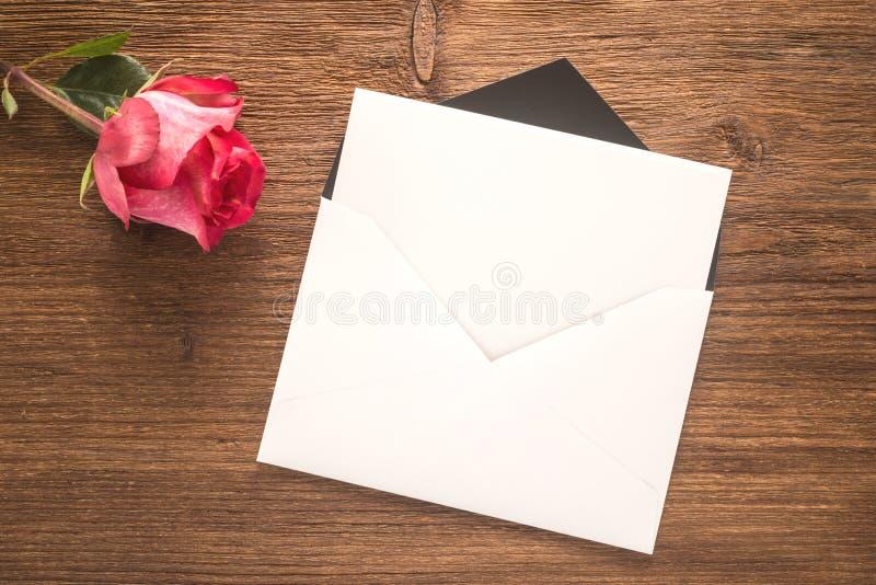 Bloem en envelop royalty-vrije stock fotografie