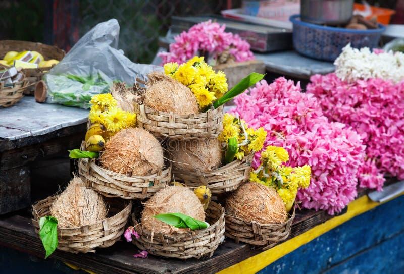 Bloem en kokosnoten in India royalty-vrije stock foto