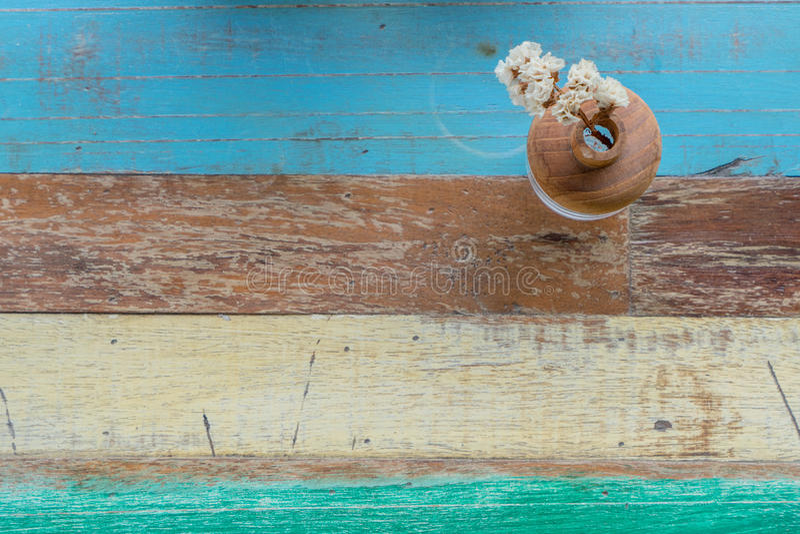 Bloem en uitstekende houten achtergrond stock foto