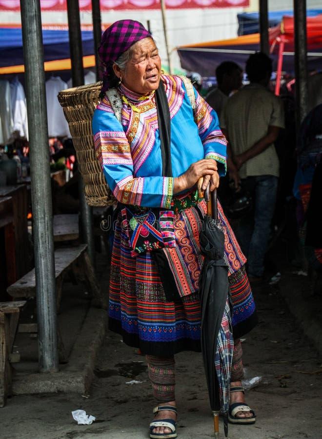 Bloem hmong vrouw die op een vervoer in Bac Ha Market, Lao Cai, Vietnam wachten royalty-vrije stock afbeelding