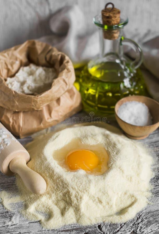 Bloem, olijfolie, eieren - de ingrediënten om het deeg voor deegwaren voor te bereiden stock foto