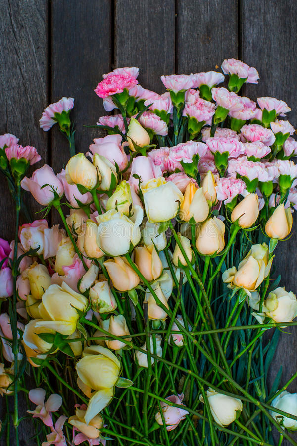 bloem op hout stock foto's