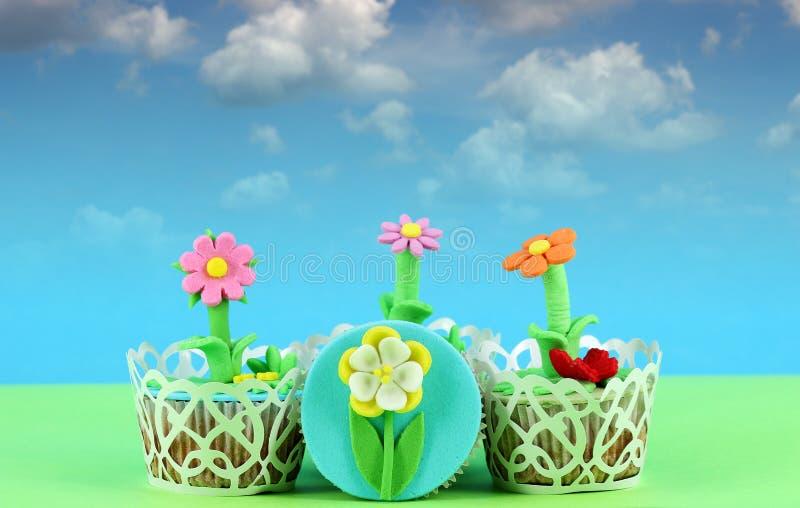 Bloem smakelijke cupcakes stock afbeelding