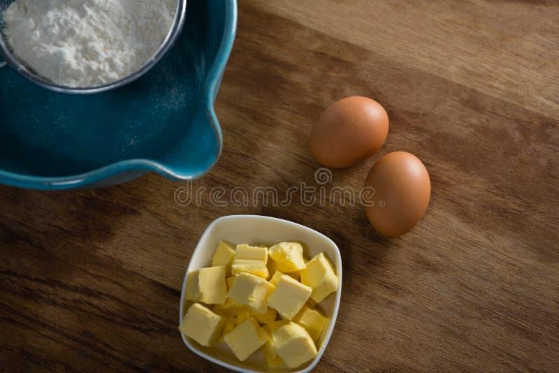 Bloem in stainer met eieren en kaas stock fotografie