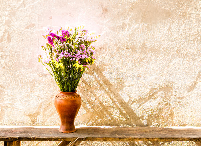 Bloem in vaas op lijst stock afbeeldingen