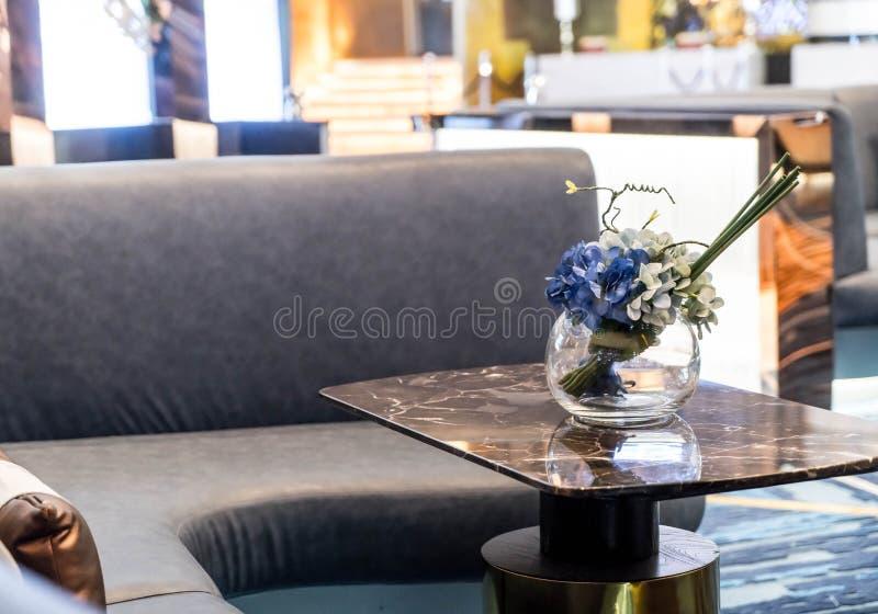 bloem in vaasdecoratie in zitkamer stock afbeeldingen