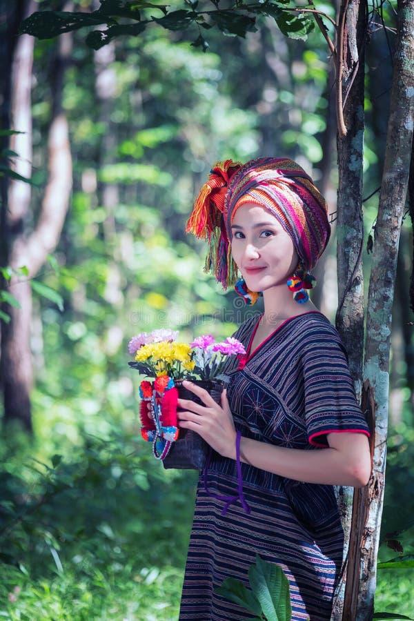 Bloem van het de handgat van portret de jonge Karen vrouwen geglimlachte en bloembedelaars stock fotografie