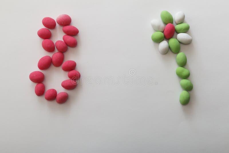 Bloem van pinda's in gekleurde glans op wit blad stock foto