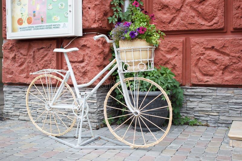 Bloembed van de oude fiets stock afbeelding